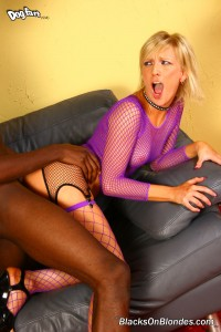 blacks-on-blondes-alexa-lynn-fishnet-girl-interracial-blowjob (21)