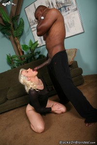 blacks-on-blondes-anikka-albrite-interracial-pussy-stretching (10)