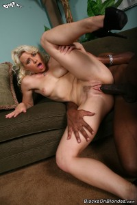 blacks-on-blondes-anikka-albrite-interracial-pussy-stretching (25)