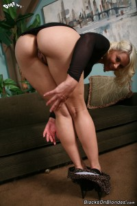 blacks-on-blondes-anikka-albrite-interracial-pussy-stretching (6)