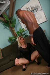 blacks-on-blondes-anikka-albrite-interracial-pussy-stretching (8)